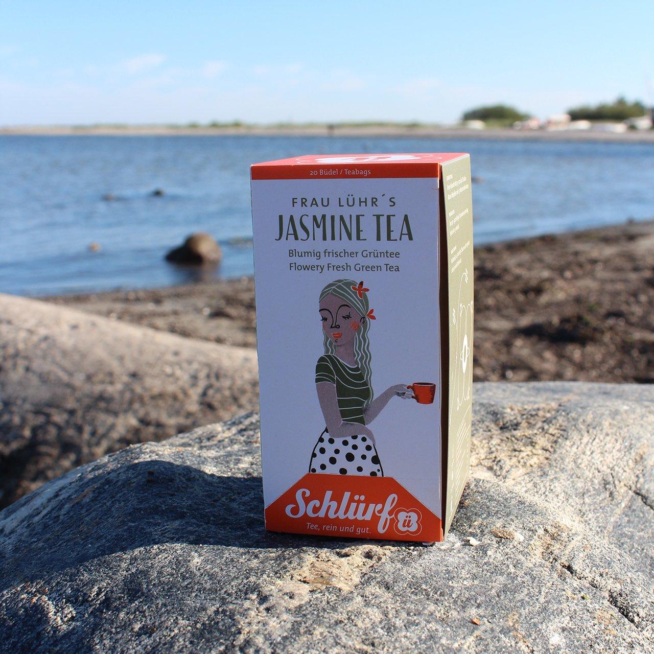 Kaffe-Kajuete_Schluerftee-Frau_LÜHRs_JasminTea